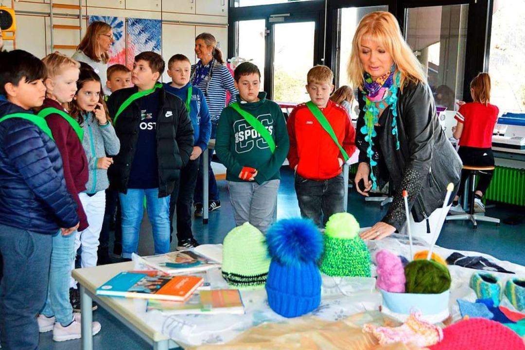 Im Raum für Textiles Gestalten erklärt...s Fach auch etwas für Jungs sein kann.    Foto: Gerhard Lück