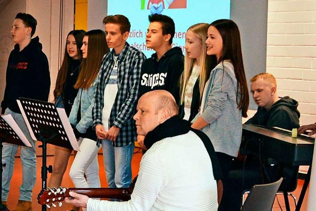 Die Schulband unter Leitung von Musikl...n Opening gleich eine gute Atmosphäre.    Foto: Gerhard Lück