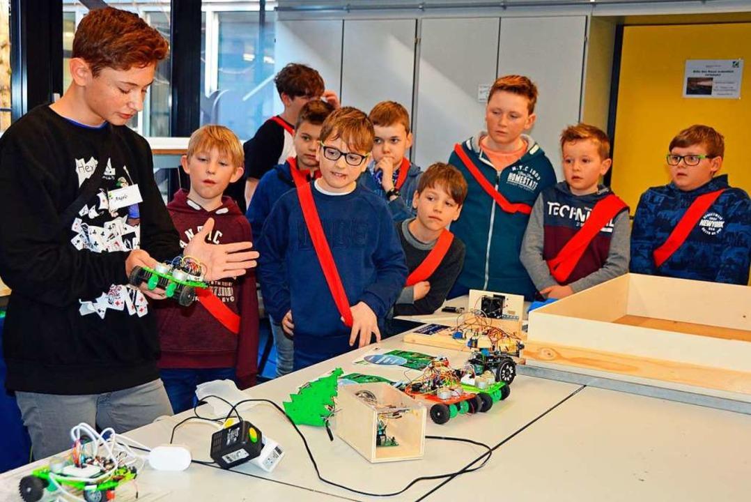 Angelo aus der 8. Klasse zeigt den sta...lern Testfahrzeuge aus der Robotik-AG.    Foto: Gerhard Lück