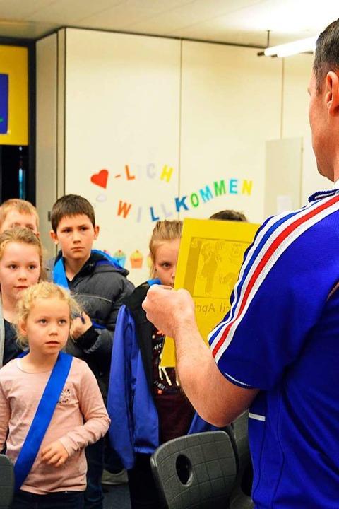 Französisch-Lehrer Tim Biancheri im Fu...e Zidane motiviert zur Französisch-AG.    Foto: Gerhard Lück