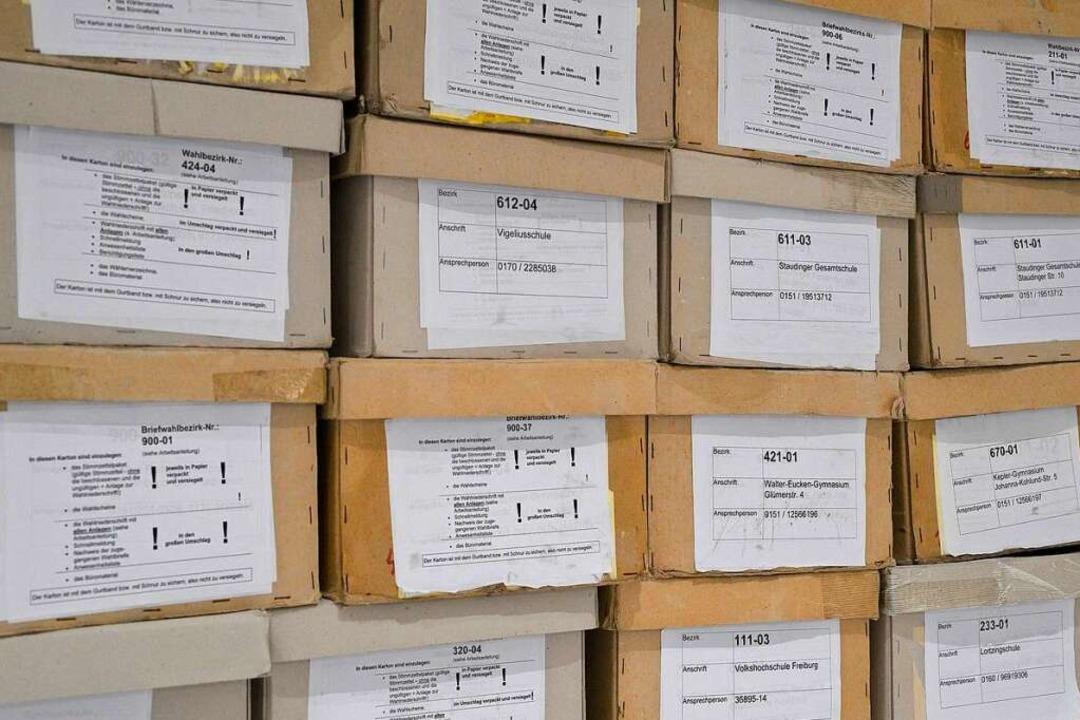 Boxen mit Stimmzetteln im Rathaus im Stühlinger  | Foto: Thomas Kunz
