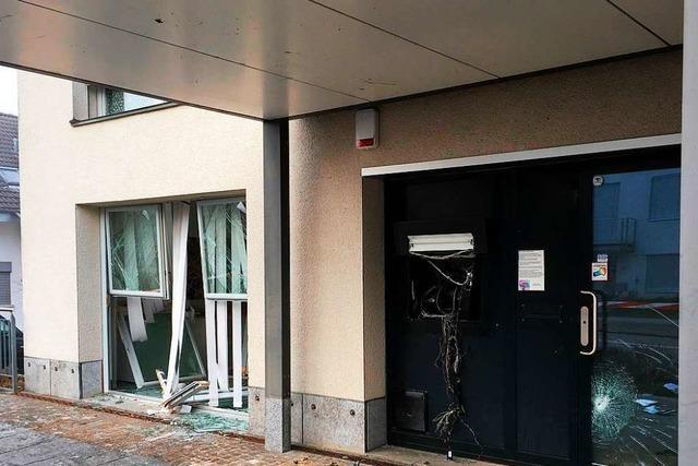Bankräuber sprengen Geldautomaten bei Basel – und fahren mit Auto ins Gebäude