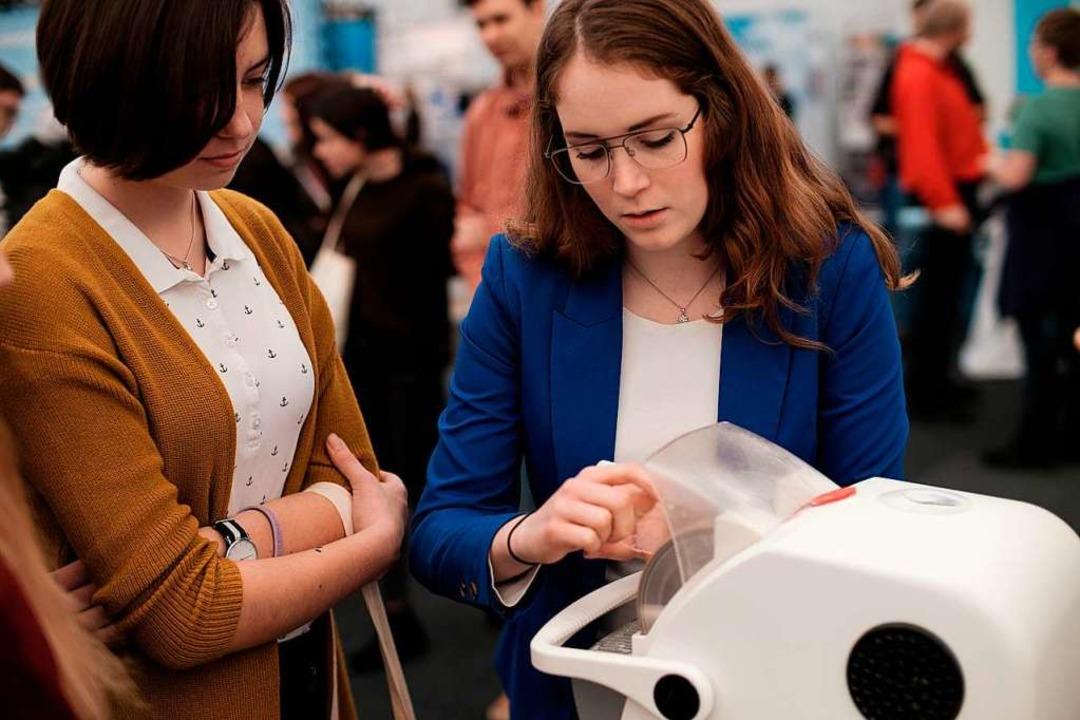 Die Besucher konnten das Schleifen von Brillengläsern selbst ausprobieren.    Foto: Ansgar Taschinski