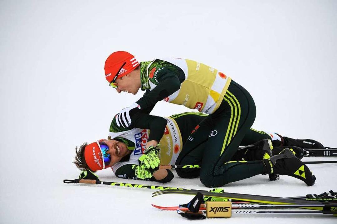 Weltmeister-Jubel im Doppelpack: Eric Frenzel stürzt sich auf Fabian Rießle.   | Foto: dpa/afp