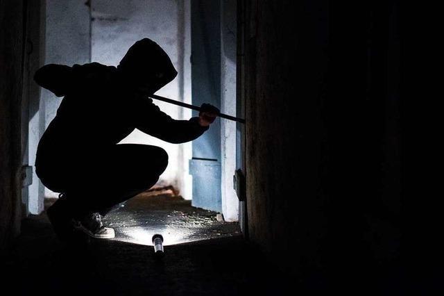 Vereinswappen aufs Vordach gestellt und Tür aufgebrochen