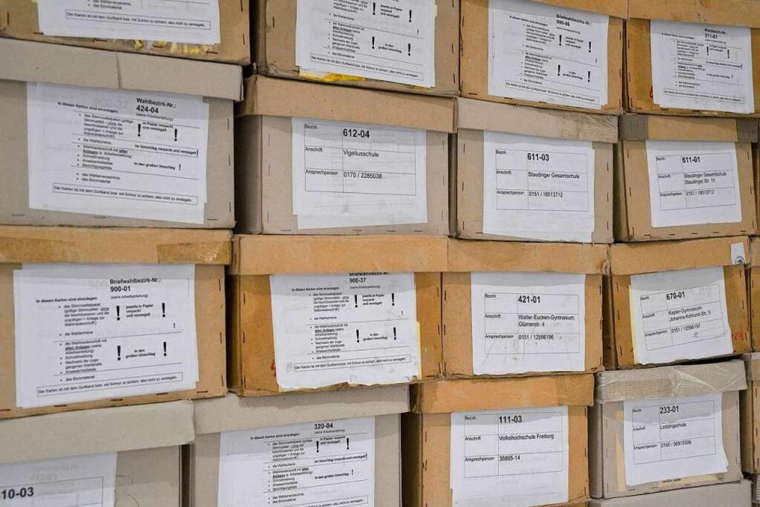 Kartons mit den Stimmzetteln im neuen Rathaus im Stühlinger  | Foto: Thomas Kunz