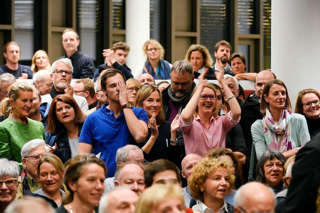 Der Moment, als das Ergebnis des Bürge...obachtern für Freude und Enttäuschung.  | Foto: Thoimas Kunz