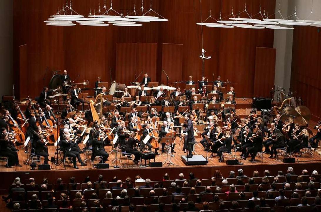 Neue Gemeinsamkeit: das SWR-Symphonieo...er unter Teodor Currentzis in Freiburg  | Foto: Wolfram Lamparter
