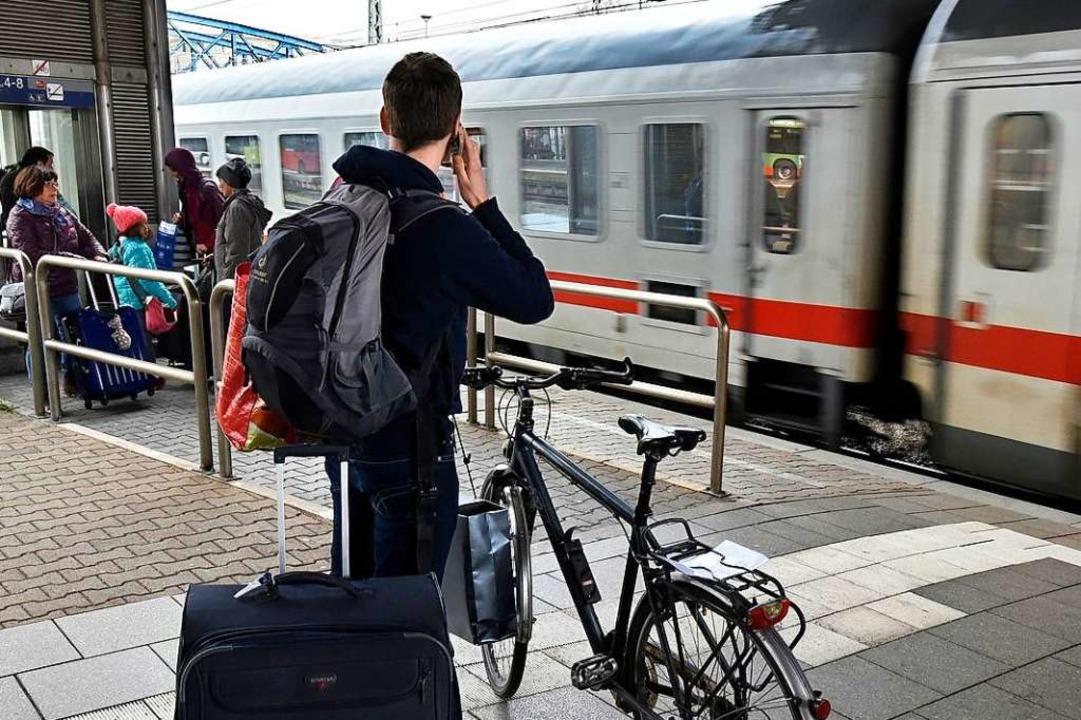 Am Freiburger Hauptbahnhof hat sich ei...abfahrenden Zug geklemmt (Symbolbild).  | Foto: Thomas Kunz