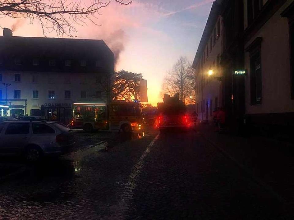 Weithin sichtbar stand am Montagmorgen eine Rauchfahne über dem Hotel.  | Foto: Feuerwehr Bad Säckingen
