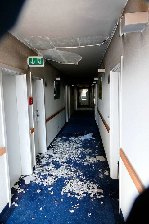 In den Fluren des Hotels entstand ebenfalls großer Schaden.  | Foto: Martin Köpfer