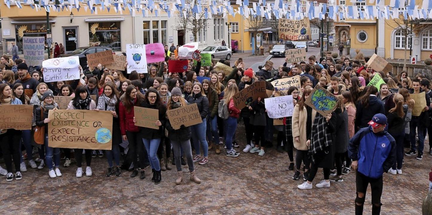 Mit Plakat und Stimme: Rund 200 Jugend...und Handlungsunfähigkeit der Politik.   | Foto: Jens Wursthorn