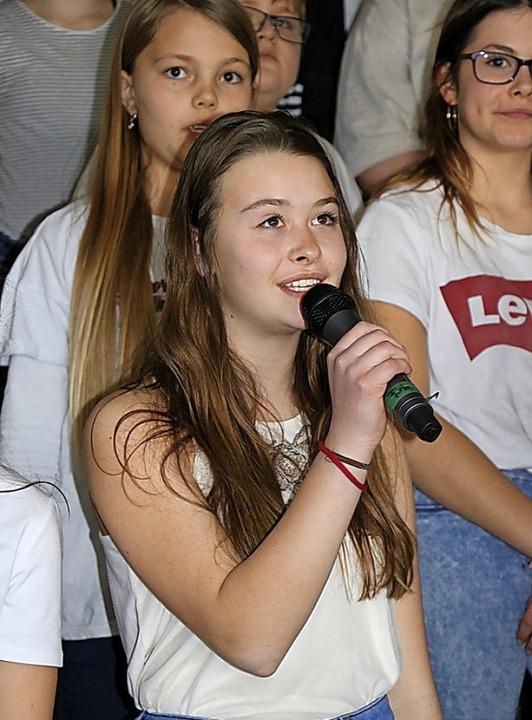 Knapp 40 Mädchen und Jungen singen unt...sten. Ihr Repertoire ist brandaktuell.  | Foto: Martha Weishaar