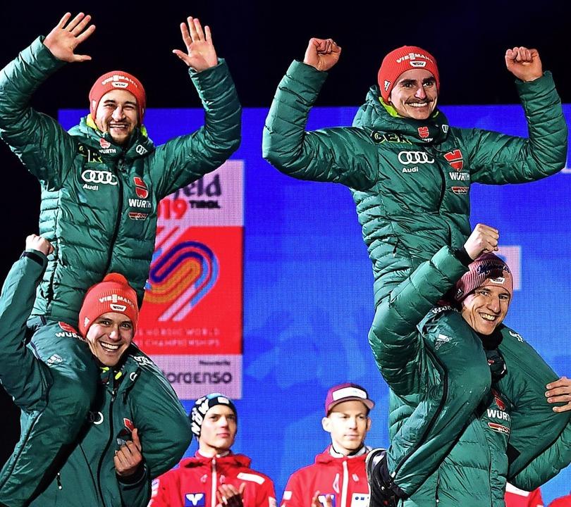 Stephan Leyhe (unten links) und Karl G...  nach dem WM-Titel zur Siegerehrung.   | Foto: dpa