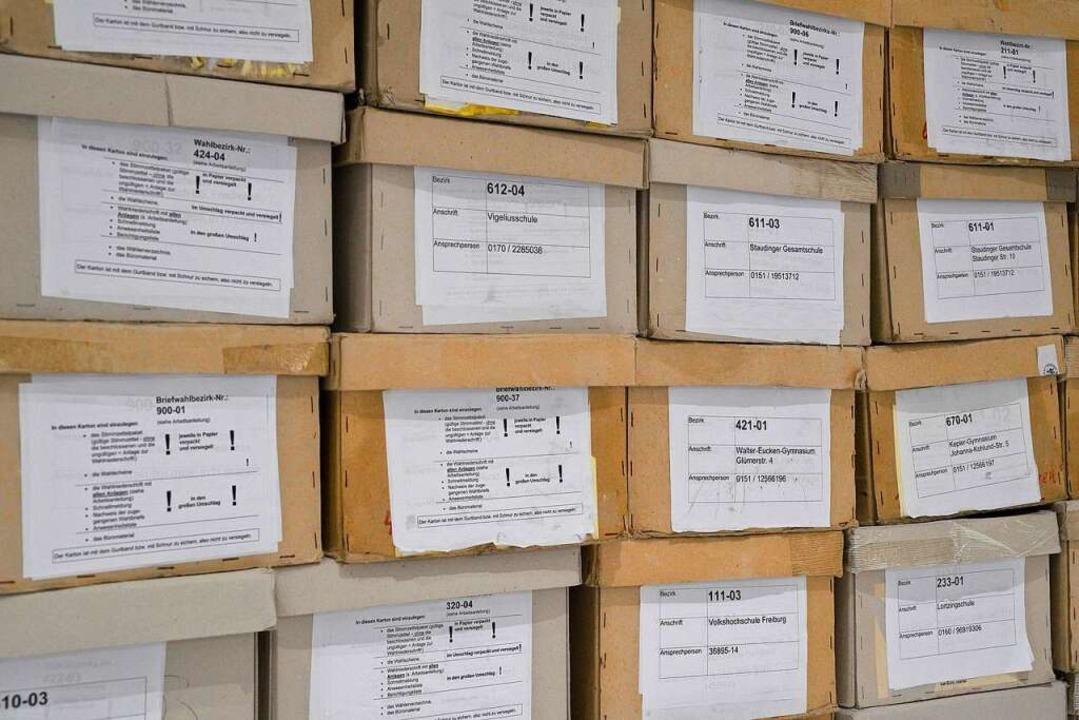 Kisten mit Stimmzetteln am Wahlabend im neuen Rathaus im Stühlinger  | Foto: Thomas Kunz