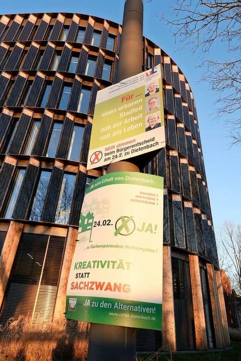 Ja und Nein zu Dietenbach an einem Str...t vor dem neuen Rathaus im Stühlinger.  | Foto: Thomas Kunz