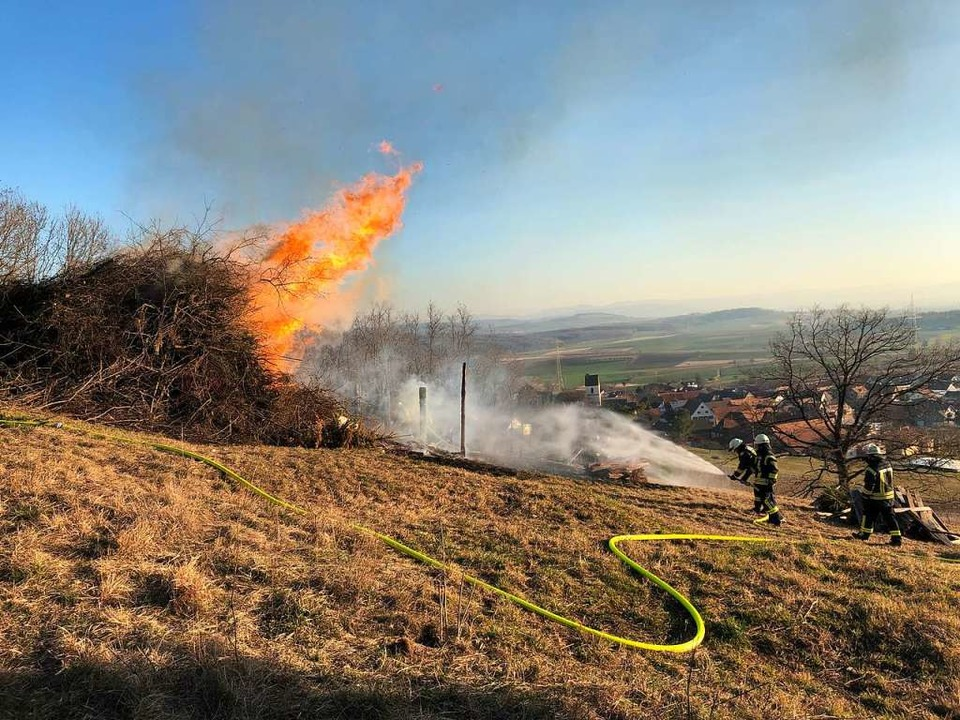 Der Holzstapel für das Fasnachtsfeuer ...nnte am Montagnachmittag vorzeitig ab.  | Foto: Lenke
