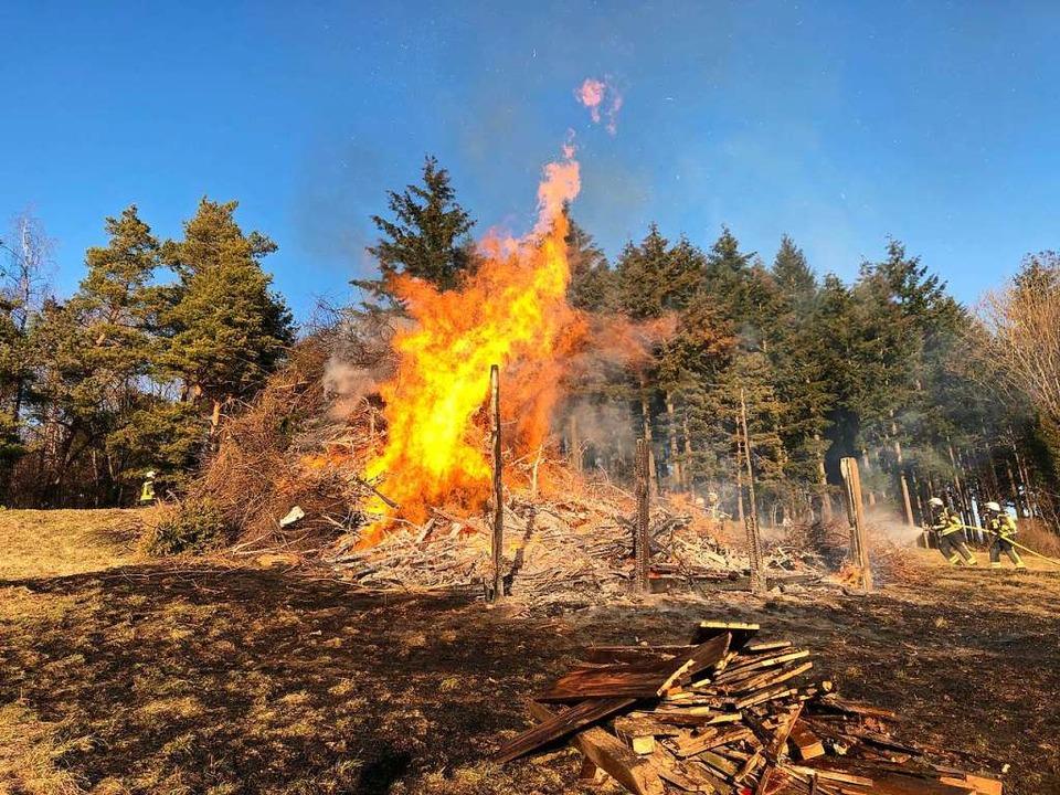Das Holz auf dem Stapel war sehr trock...Brand stark beschleunigt haben dürfte.  | Foto: Lenke