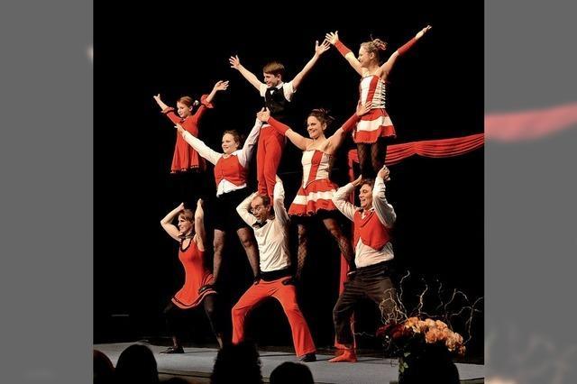 Akrobatik, Musik und Humor - Zwei Generationen von Voili Voilà auf der Bühne im Dreisamtal