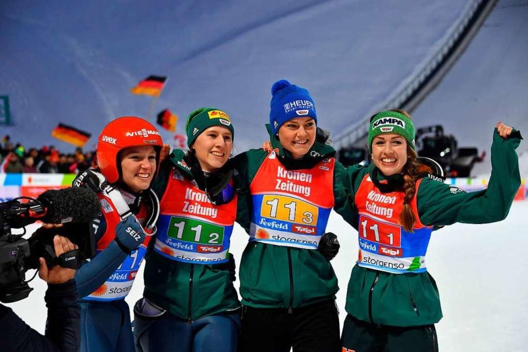 Katharina Althaus, Ramona Straub, Carina Vogt und Juliane Seyfarth  | Foto: AFP