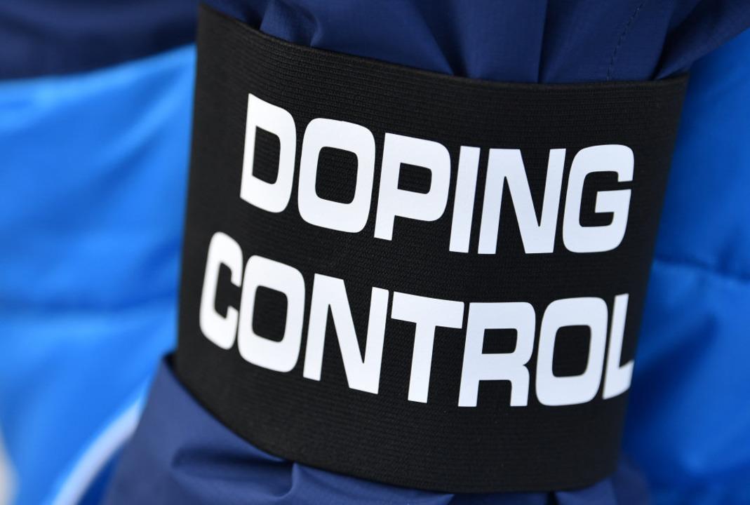 Doping Control steht auf der Armbinde eines Doping-Kontrolleurs im Ski-Stadion.    Foto: dpa