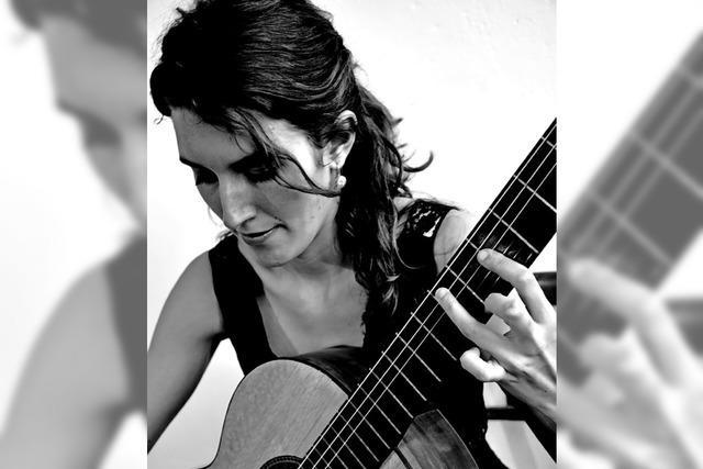 Gitarristin Marisa Minder und Musikder des Kammerorchester Basel mit
