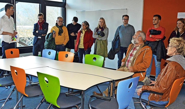 Rektor Ulrich Denzel (links) erklärt i...tern das  Raumkonzept der Realschule.     Foto: Lück