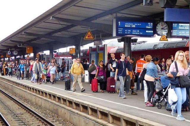 Familienstreit endet mit Hammer-Attacke auf belebtem Bahnsteig