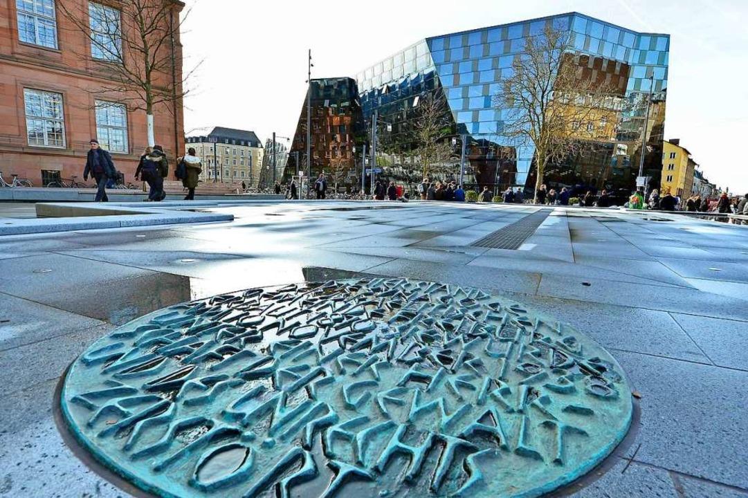 Der Synagogenbrunnen am Platz der Alte...r Fasnetmendigumzug endet, abgesperrt.  | Foto: Michael Bamberger