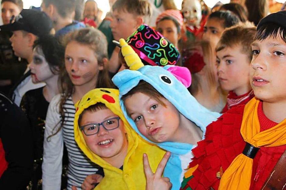 Die Narren machten am Schmutzige Dunschdig den Weg frei für ein buntes närrisches Treiben am Bildungszentrum Bonndorf. (Foto: Uli Spielberger)