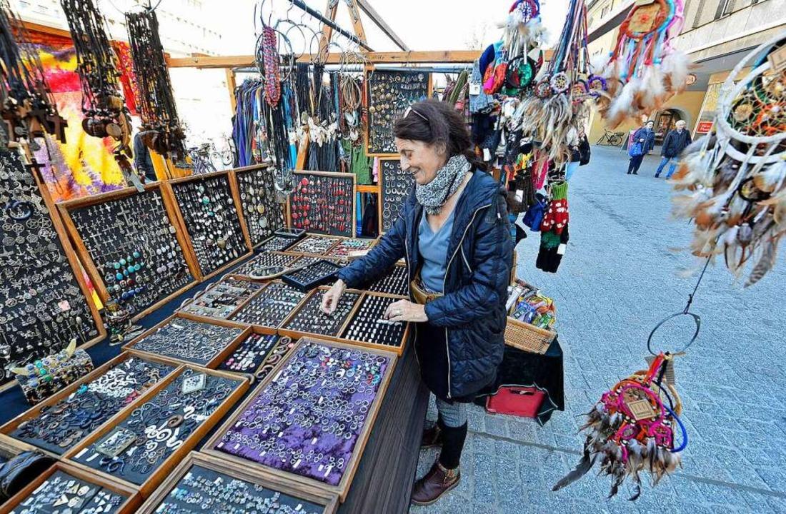 Händlerin Marlene Edele hofft auf mehr Kunden  am neuen alten Wirkungsort.  | Foto: Michael Bamberger