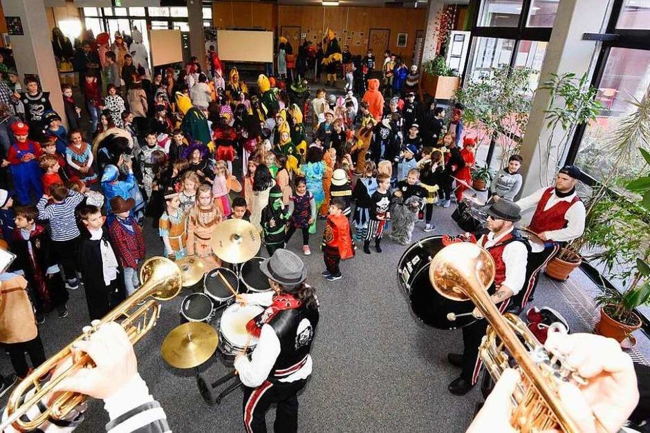 Die Brückleacker-Grundschule in Denzlingen wird befreit. Die Blächdängler sorgen für Stimmung. (Foto: Markus Zimmermann)