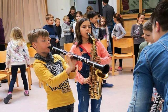 Musikverein Buchenbach stellt Grundschülern Instrumente vor