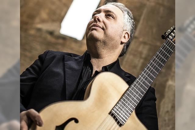 Der italiensiche Gitarrist Francesco Buzzurro gastiert im alten Schloss in Wehr