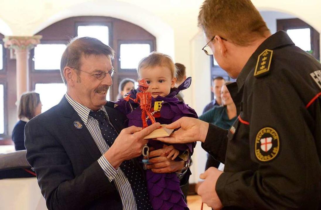 Der scheidende Amtsleiter Walter Rubsa...euerwehrmann als Geschenk überreichte.  | Foto: Ingo Schneider