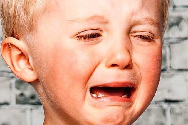 Mann hält schreiendem Kind in der Tram den Mund zu