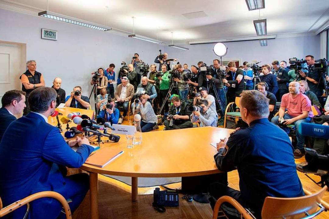 Gedränge im Pressesaal als die Polizei Bericht erstattet.   | Foto: dpa