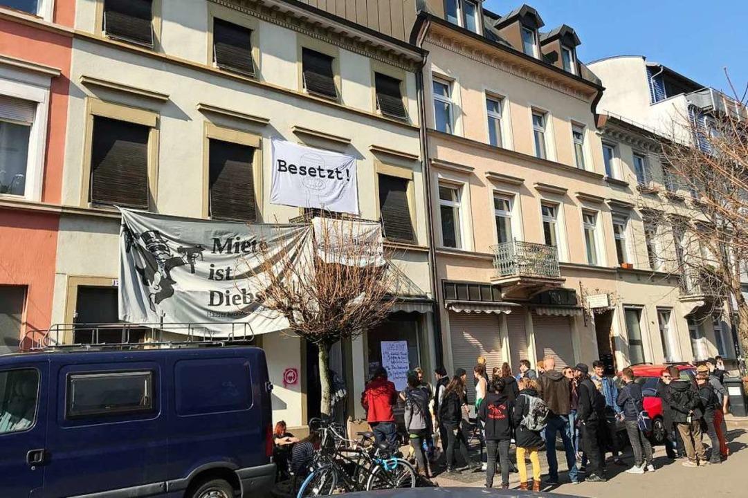 Das Haus in der Klarastraße 17 ist seit Donnerstag besetzt.  | Foto: Bernhard Amelung