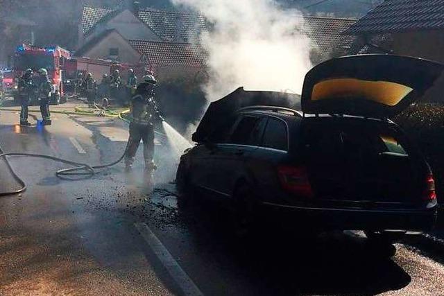 Neu gekaufter Mercedes geht in Flammen auf