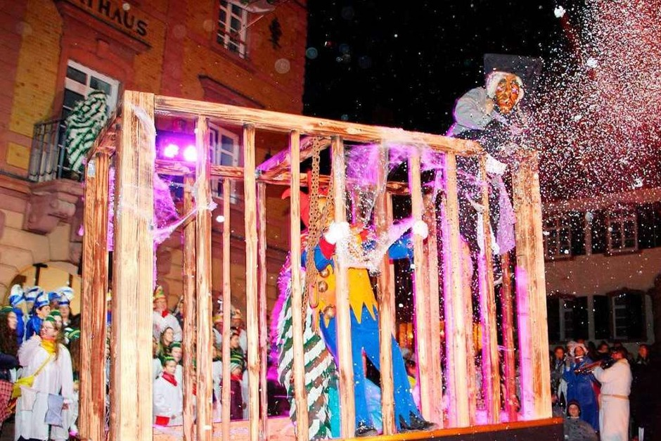 In Herbolzheim wurden die schaurigen Gestalten im hölzernen Käfig vom Tross der Herbolzheimer Karnevalsgesellschaft in Richtung Rathaus gezogen. (Foto: Werner Schnabl)