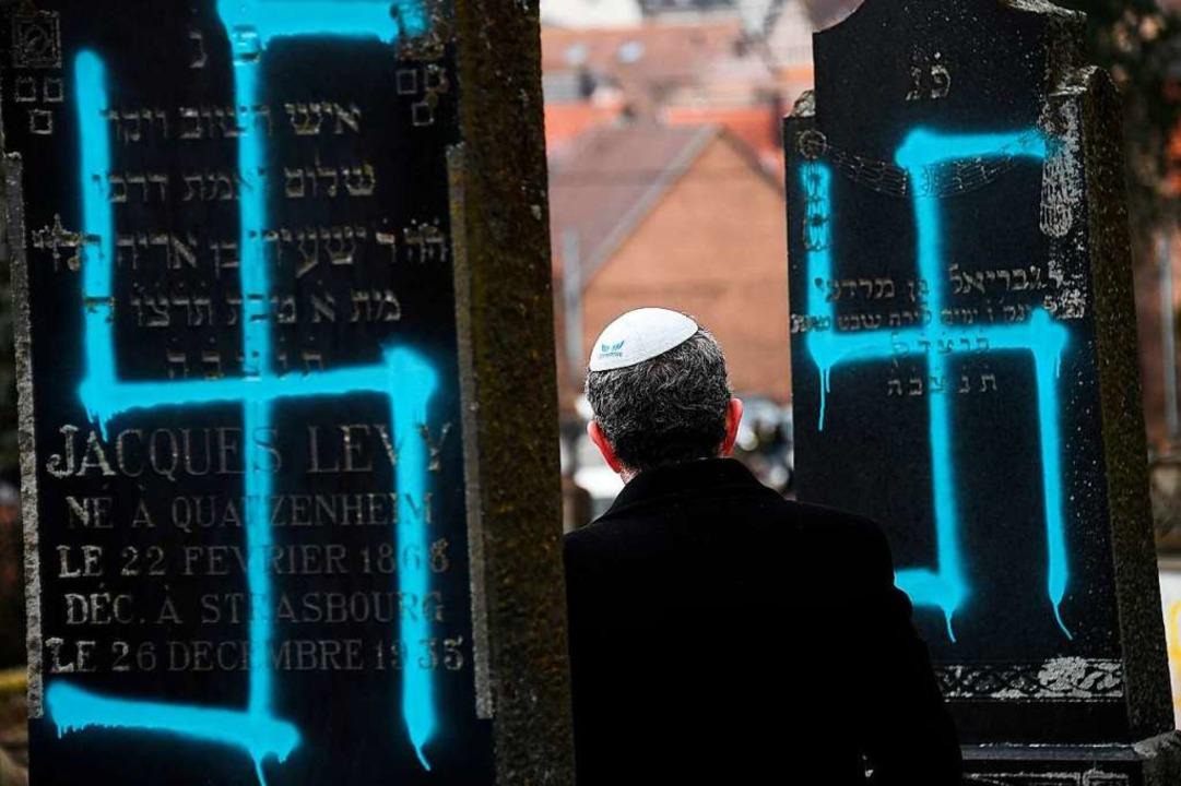 Hakenkreuze wurden in der Nacht zum 19...hen Friedhofs in Quatzenheim gesprüht.  | Foto: AFP