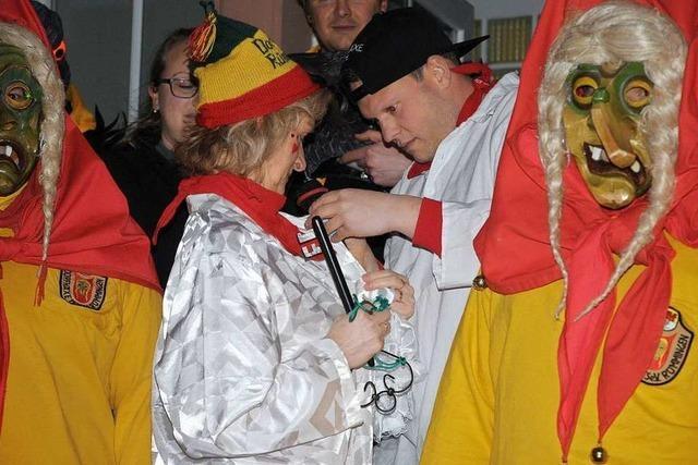 Dorfhäxe nehmen der Dorfchefin Daniela Meier den Rathausschlüssel ab