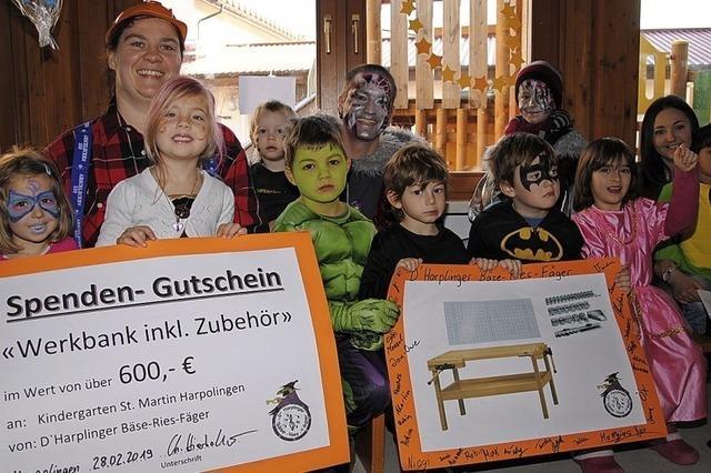 Guggenmusiker spenden Kindern eine Werkbank
