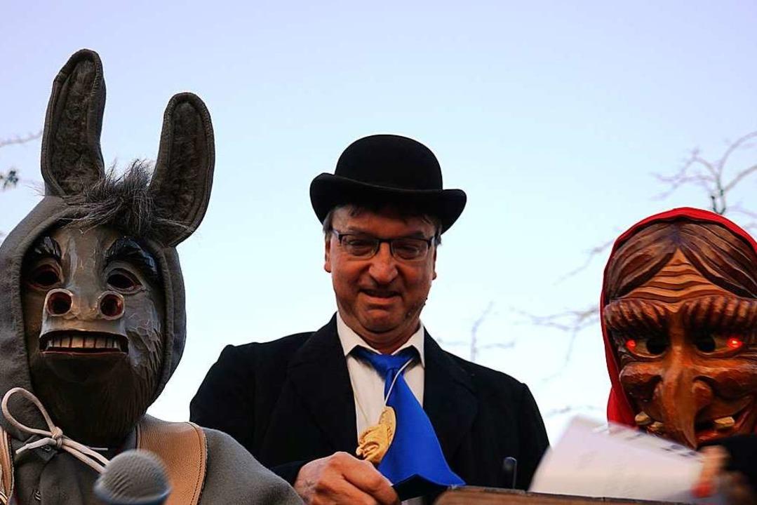 Esel und Häx nehmen Umkirchs Bürgermeister Walter Laub in närrischen Arrest.  | Foto: Julius Wilhelm Steckmeister