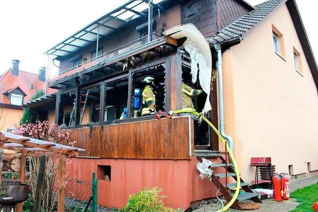 Veranda brennt aus – 50 Feuerwehrleute im Einsatz