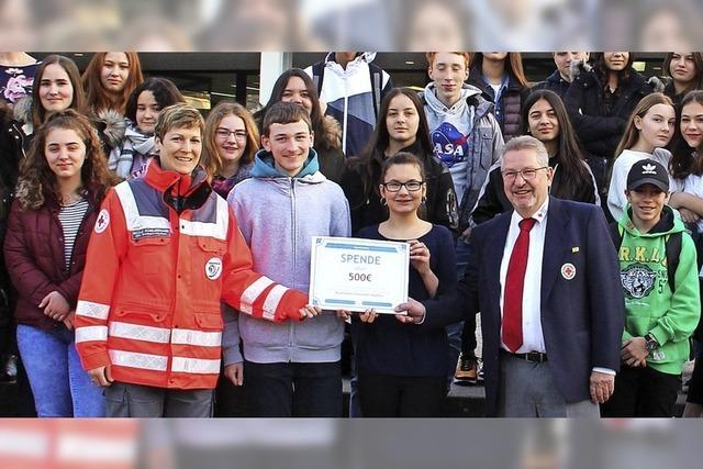 Realschüler spenden 500 Euro an das DRK