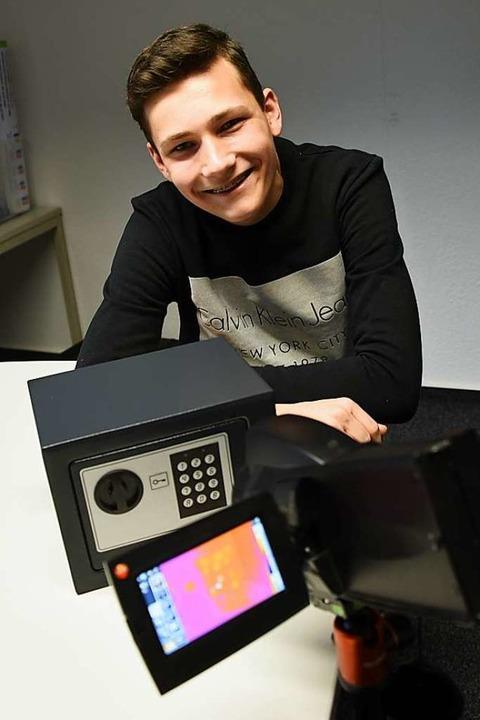 Denis Grueneberg zeigt sein Experiment mit der  Wärmebildkamera.  | Foto: Robert Bergmann