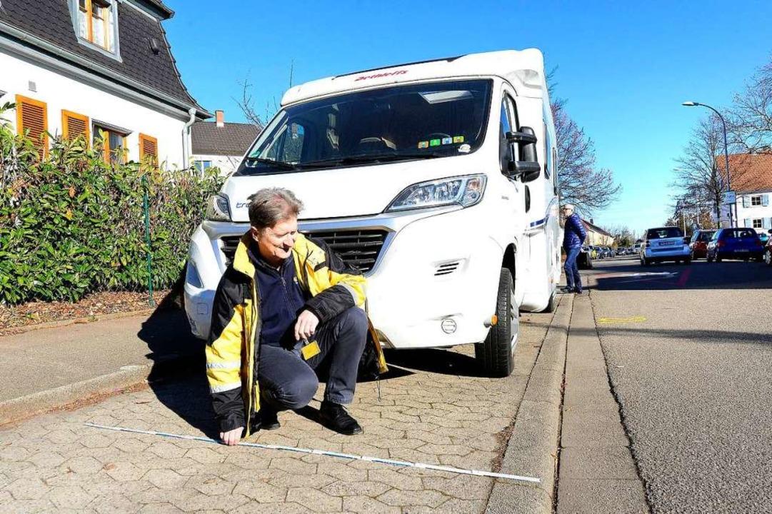 Carl-Heinz Schneider, Experte vom ADAC...il mit Zollstock genau unter die Lupe.  | Foto: Ingo Schneider