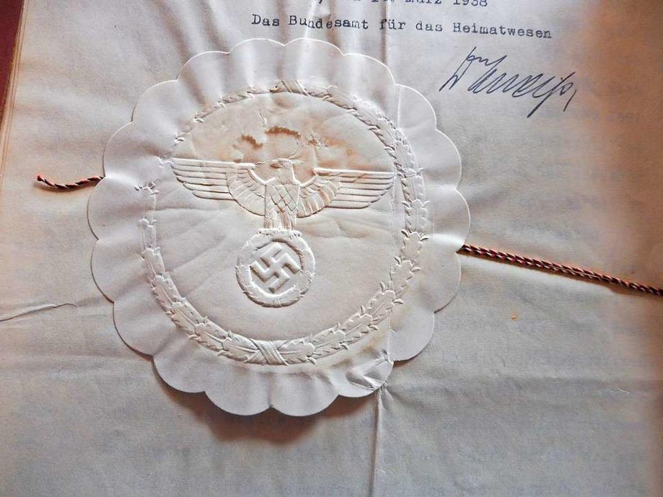 Siegel mit Hakenkreuz von einer Urkunde aus dem Ortsarchiv in Tegernau  | Foto: Hansjörg Noe