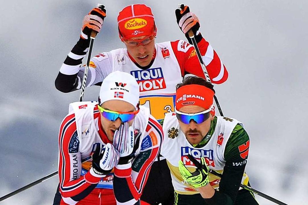 Fabian Rießle (vorne rechts) überzeugt...und dem Österreicher Franz-Josef Rehrl  | Foto: dpa